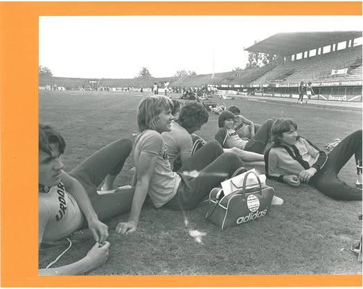 Eine Leichtathletik-Truppe des Schulsports Limmattal geniesst die wettkampffreie Zeit 1970 am zweiten nationalen Schulsporttag in Genf.