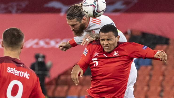 Packendes Duell in der Luft: Sergio Ramos (oben) gegen Manuel Akanji