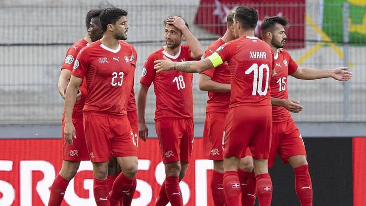 Admir Mehmedi (M.) erhöht in der 43. Minute auf 2:0 für die Schweiz.