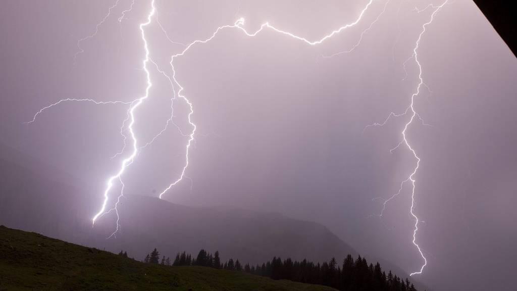 Blitzsalve, Regen und Hagel -  Der Kanton Graubünden war an Pfingstmontag von starken Unwettern betroffen. (Symbolbild)