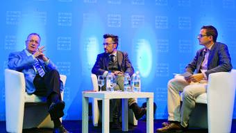 Populismus und seine Auswirkungen Publizist Frank A. Meyer (links) und Schriftsteller                       Lukas Bärfuss (Mitte) debattieren unter der Leitung von «Nordwestschweiz»-Chefredaktor Christian Dorer.