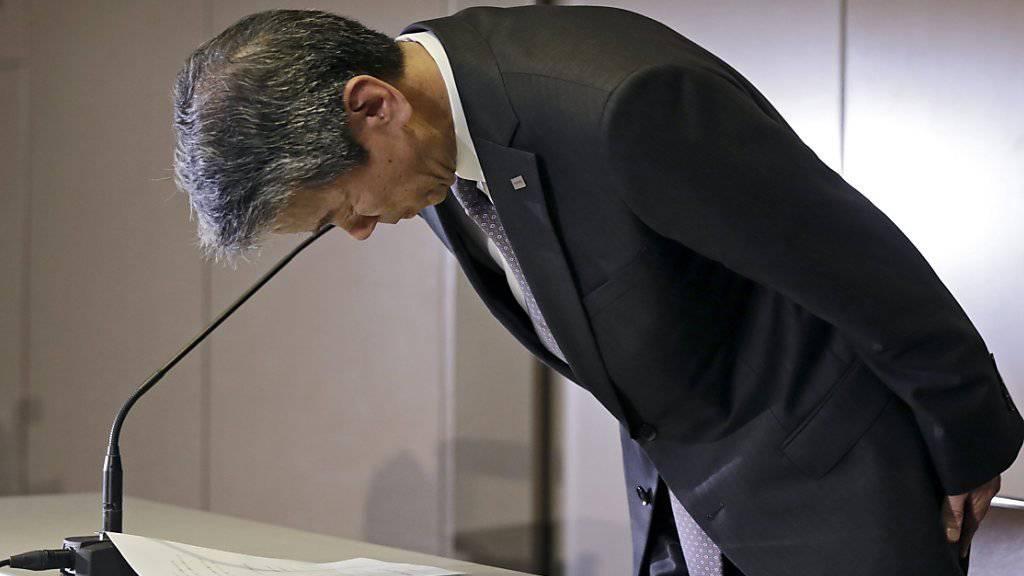 Toshiba-Konzernchef Hisao Tanaka entschuldigte sich am 15. Mai öffentlich, nachdem bekannt geworden war, dass der Konzern über Jahre seine Bilanzen geschönt hatte. Unterdessen ist Tanaka zurückgetreten. (Archiv).