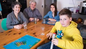 «Genau das haben wir früher auch gesagt.» Familie von Aarburg am Küchentisch, wo unter anderem die Höhe des Taschengelds von Aline und Alex ein Thema ist. jiri reiner