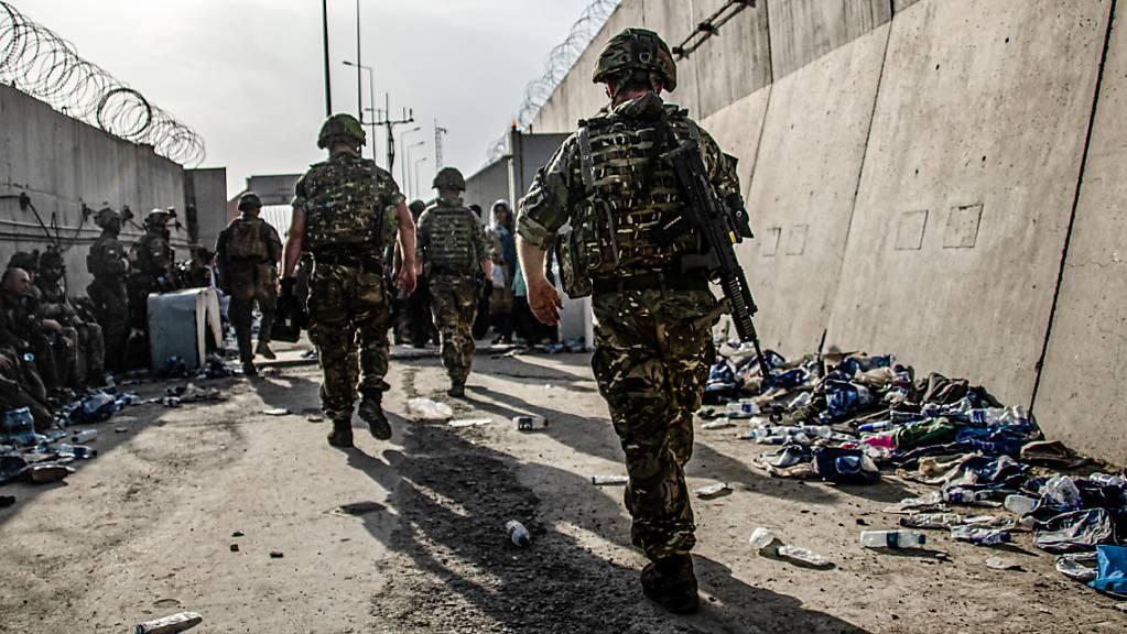 HANDOUT - Britische Streitkräfte am Flughafen von Kabul. Foto: Lphot Ben Shread/Mod/PA Media/dpa - ACHTUNG: Nur zur redaktionellen Verwendung im Zusammenhang mit der aktuellen Berichterstattung und nur mit vollständiger Nennung des vorstehenden Credits