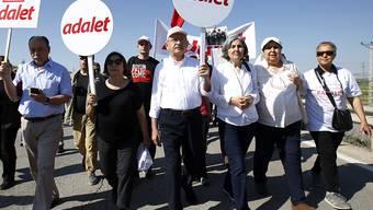 """Kemal Kilicdaroglu (Mitte) setzte am Samstag seinen mehr als 400 Kilometer langen """"Marsch für Gerechtigkeit"""" (Adalet) fort. Er protestiert damit gegen die Festnahme eines Abgeordneten seiner Partei."""