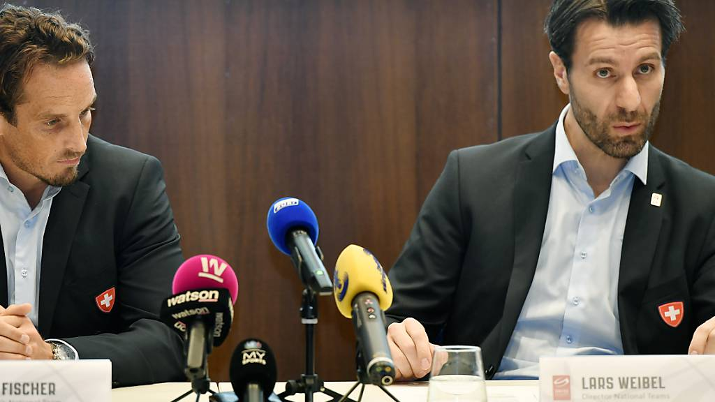 Nationalmannschaftsdirektor Lars Weibel (rechts) hofft, dass die Eishockey-WM in Zürich und Lausanne 2021 nachgeholt werden kann