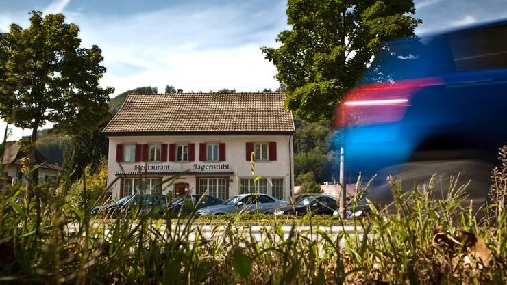 Direkt an der Kantonsstrasse gelegen: Der Kanton möchte im ehemaligen Restaurant Jägerstübli gegen 40 Asylbewerber einquartieren. Chris Iseli