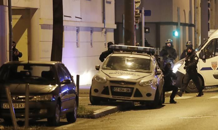 Der 29-Jährige wurde am Donnerstagabend im Viertel Neudorf südöstlich des Stadtzentrums der elsässischen Metropole von Polizisten erschossen.