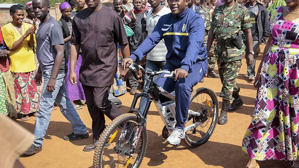 Der Präsident von Burundi Pierre Nkurunziza bei der Wahl im Juli. (Archivbild)