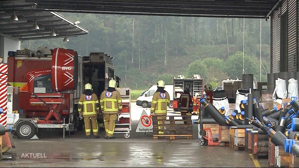 Chemie-Alarm in Kleindöttingen: Stapelfahrer lässt 1000-Liter-Tank fallen
