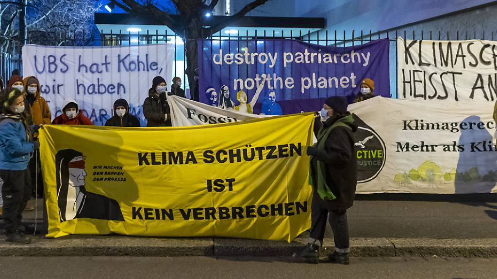 Demonstration vor dem Basler Strafgericht, vor dem sich fünf Klimaaktivistinnen und -aktivisten wegen einer unbewilligten Kundgebung verantworten müssen.
