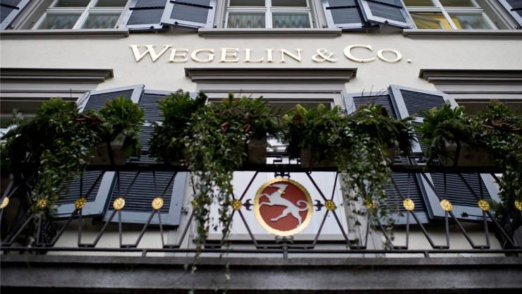 Der Hund auf dem Balkongeländer des Wegelin-Gebäudes wird zum Logo der Notenstein Privatbank. key