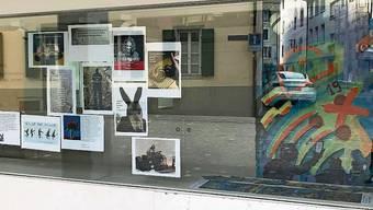 Die ersten Beiträge hängen im Schaufenster des Effingerhofs.