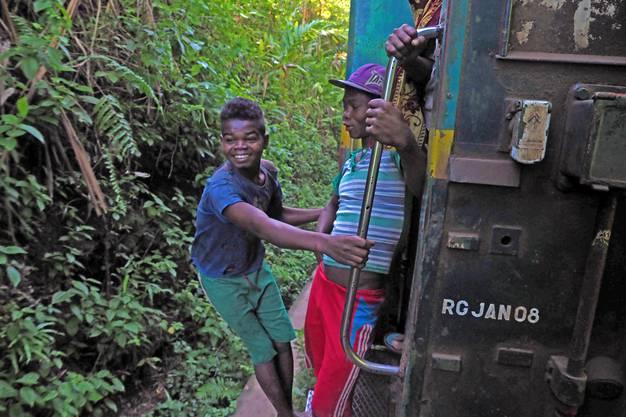 Jugendliche Trittbrettfahrer fahren für einige Kilometer mit