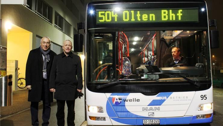 Auch dabei: Direktor Toni von Arx (links) und Stadtpräsident Martin Wey kurz vor der ersten Fahrt ab Olten Südwest.