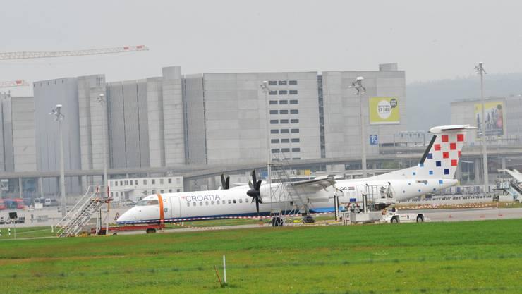 Die Maschine der Air Croatia am Tag nach der Bruchlandung