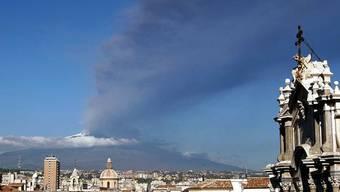 Blick auf Catania mit dem Ätna im Hintergrund (Archiv)
