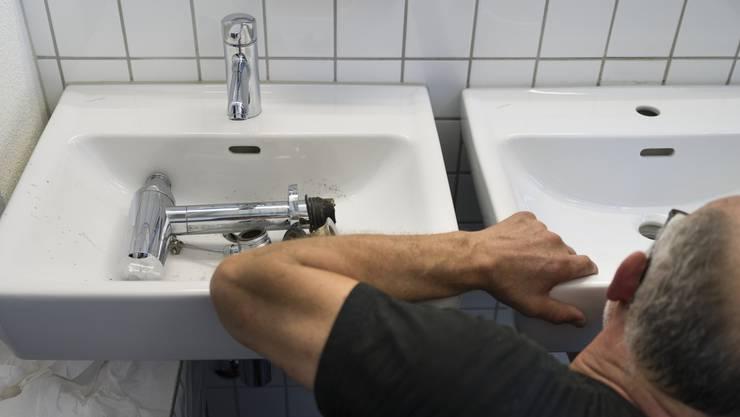 Heruntergerissene WC-Trennwände und eingeschlagene Fenster: Die öffentliche WC-Anlage in Mellingen wurde schon mehrfach beschädigt. (Symbolbild)