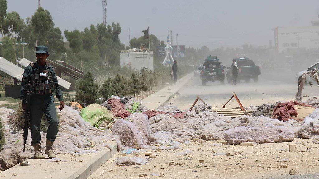 Trümmerfeld nach einer Bombenexplosion in der afghanischen Stadt Kandahar im Mai. Urheber sollen die radikalislamischen Taliban sein. (Archivbild)
