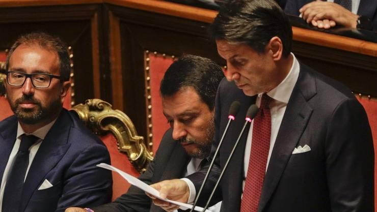 Giuseppe Conte (rechts) bei seiner Erklärung – links von ihm der umstrittene Innenminister Matteo Salvini.