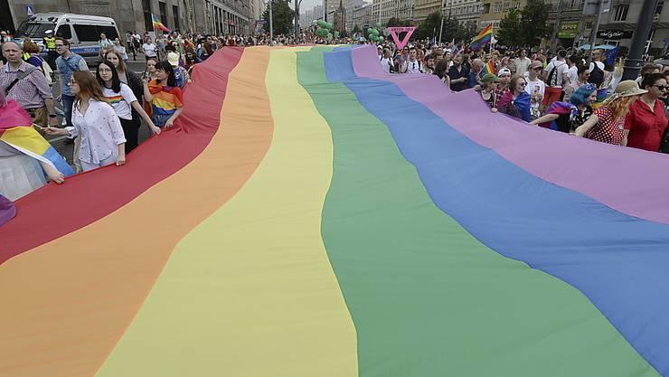 """Unter der Parole """"Freiheit, Gleichheit, Liebe"""" haben Tausende in Warschau für die Gleichberechtigung sexueller Minderheiten demonstriert."""