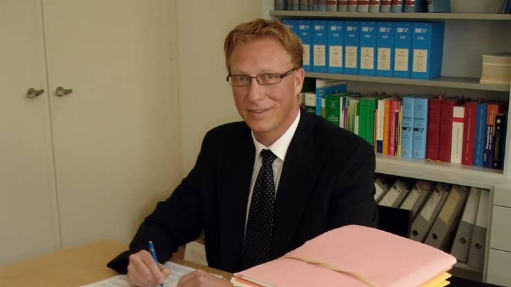 Der erfahrene Richter leitet die Verhandlung, bestimmt den Ablauf, stellt die meisten Fragen. Aeschbach trat die Stelle 2009 an. Er wurde als SVP-Mitglied gewählt.