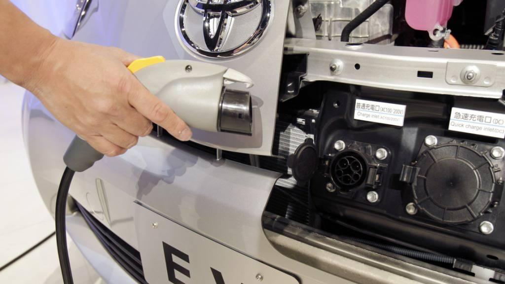 Der japanische Autoriese Toyota nimmt viel Geld für die Batterieforschung in die Hand. Bis 2030 will Toyota insgesamt mehr als 13,5 Milliarden US-Dollar dafür investieren.(Archivbild)