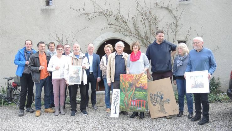 Mitglieder des OK und Kunstschaffende bei der Vernissage im Zehntenstock.