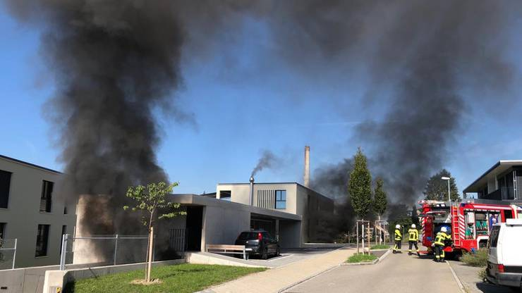 Der Brand in der Tiefgarage bricht am Morgen aus.