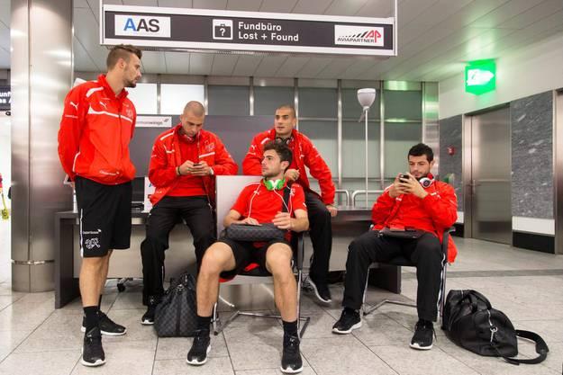 Relaxen am Flughafen - am Dienstag folgt das Abschlussspiel gegen Slowenien