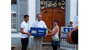 Sommer 2011: Die Initiative zur Sicherung der Kaufmännischen Vorbereitungsschule (KVS) wird dem damaligen Landschreiber Walter Mundschin übergeben.
