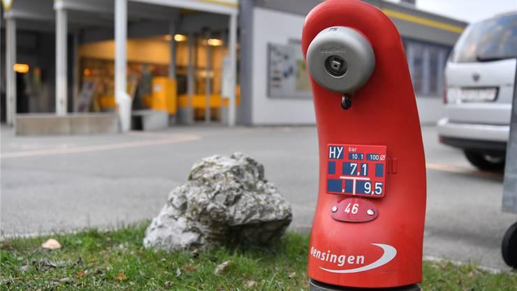 Ein mit dem reflektierenden Dorflogo versehener Hydrant bei der Poststelle Oensingen.