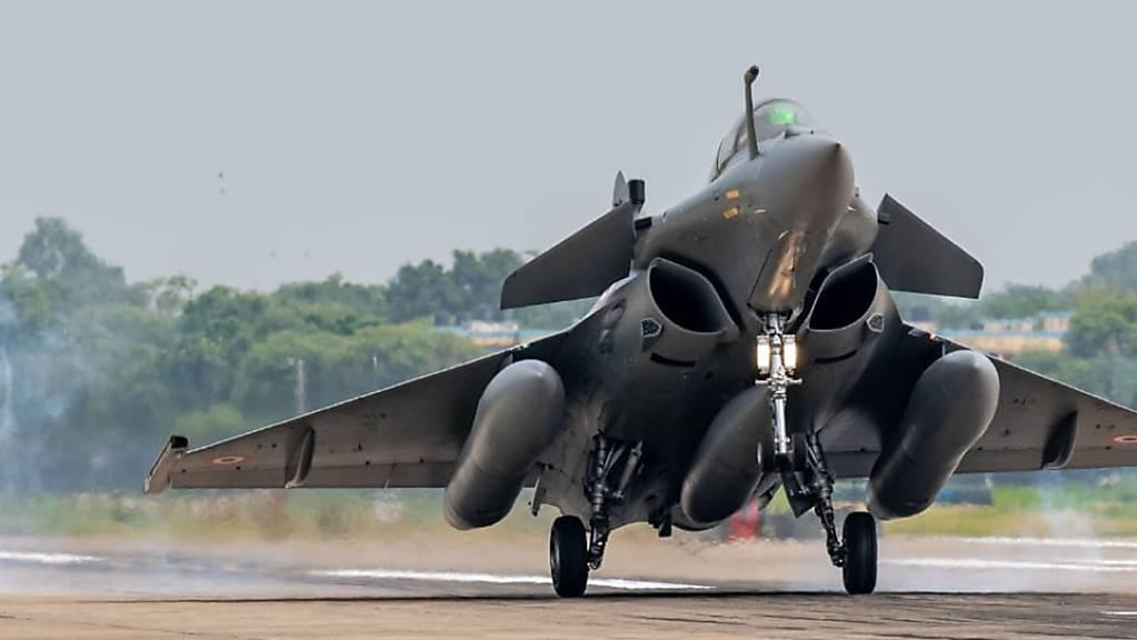 ARCHIV - Ein Rafale-Kampfjet landet auf einem Luftwaffenstützpunkt in Ambala. Foto: Uncredited/Indian Air Force/AP/dpa - ACHTUNG: Nur zur redaktionellen Verwendung und nur mit vollständiger Nennung des vorstehenden Credits