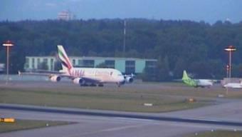 Zweiter Versuch: Der Emirates-Airbus landet in Zürich.