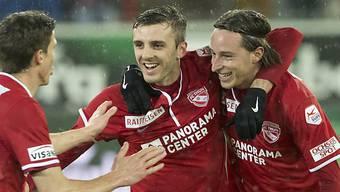 Adrian Nikci und Luca Zuffi freuen sich über das 3:0