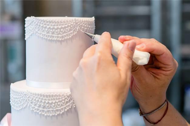 Jessica Siewert fertigt in kunstvoller Handarbeit Hochzeitstorten im Vintage-Stil.