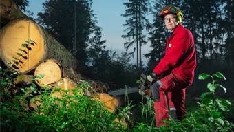 Roger Wirz arbeitet schon seit zehn Jahren als Stadtförster von Aarau – die Kettensäge hat er immer im Kofferraum dabei.