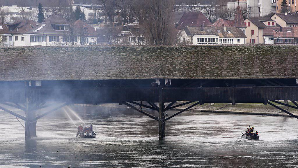 Das Feuer auf der historischen Holzbrücke in Olten hat einen Schaden von mehreren 100'000 Franken angerichtet. Nun soll eine Notbrücke erstellt werden, da die Tragfähigkeit der alten Brücke nicht mehr voll gewährleistet ist.