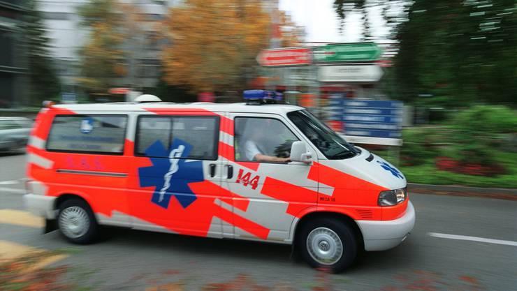 Gemäss Angaben der Stadtpolizei mussten der Mann und das Kind mit leichten bis mittelschweren Kopfverletzungen ins Spital gebracht werden. (Archivbild)