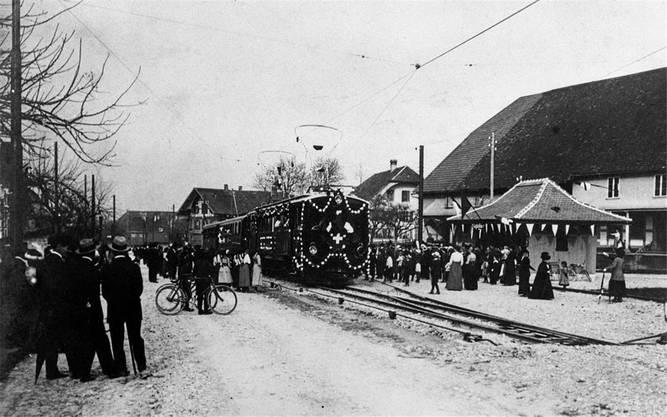 Der Eröffnungszug vor 100 Jahren in Moosseedorf.