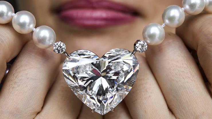 Eine Angestellte von Christie's zeigt den herzförmigen Diamanten
