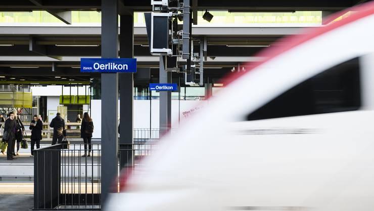Als das Opfer am Bahnhof Oerlikon ausstieg, machte es einen Passanten auf seine Verletzungen aufmerksam.
