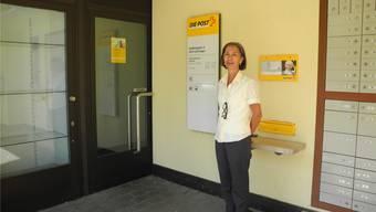 Paula Liechti, Leiterin des Poststellengebiets Rheinfelden, vor der Poststelle Zeiningen, die am Freitag zum letzten Mal geöffnet hatte. MF