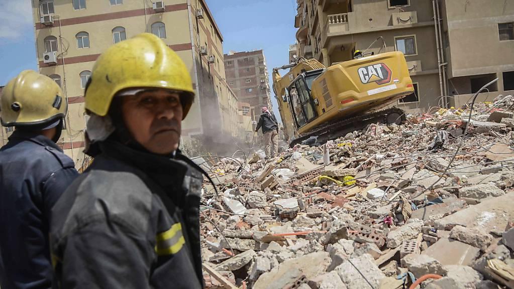 Rettungskräfte durchsuchen die Trümmer eines eingestürzten Wohnhauses. Foto: Tarek Wajeh/dpa