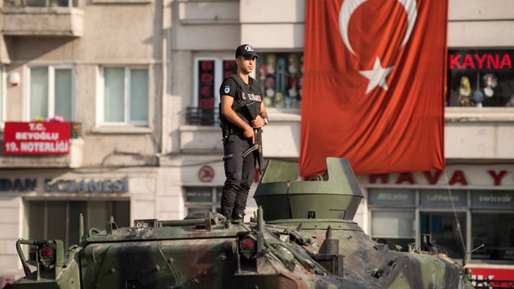 In Brüssel befürchtete man hingegen, dass die türkische Regierung den Putsch nutze, um demokratische Regeln, freie Meinungsäusserung und die Grundrechte ausser Kraft zu setzen.