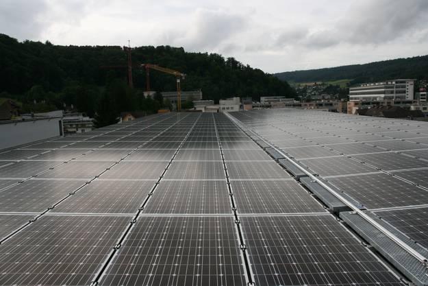 Auf dem Parkhausdach sind 252 Solarmodule à 260 Watt von der Firma Meyer Burger aus Lyss montiert worden