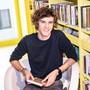 Nils Feigenwinter (hier in der Kantonsbibliothek in Liestal) ist mit seinem Unternehmen in der Kinder- und Jugendunterhaltung zuhause.