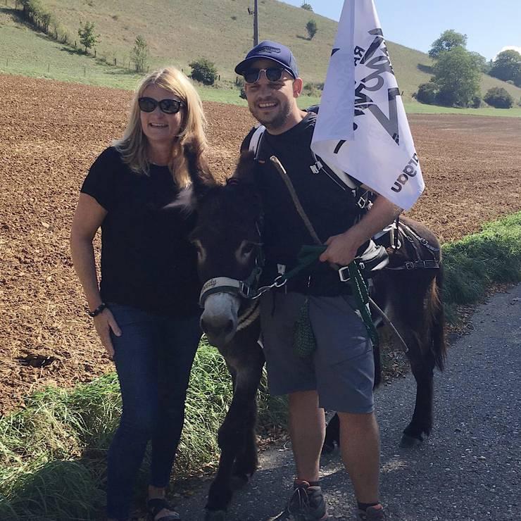 Unterwegs treffen unsere zwei Esel auf Hörerin Doris aus Hornussen.