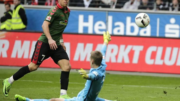 Freiburgs Florian Niederlechner bezwingt Eintracht-Keeper Lukas Hradecky ein zweites und entscheidendes Mal