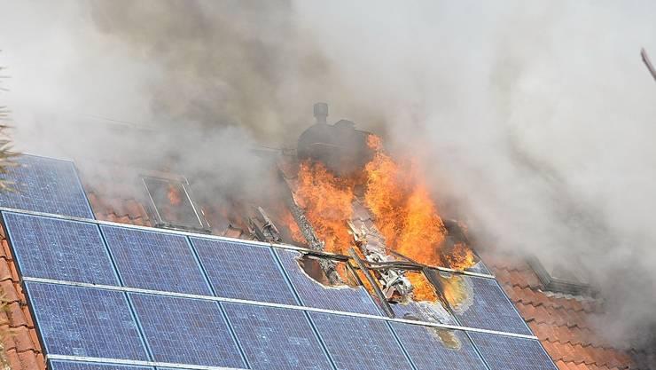 Brand eines Hauses mit Photovoltaik-Anlage im deutschen Ostfriesland im Februar 2010.